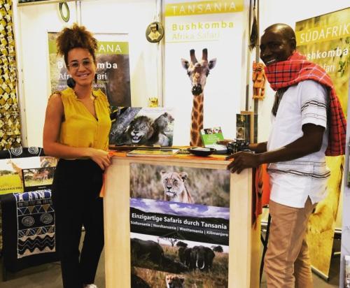 Joseph Chengula mit Francisca Chengula auf der Reisemesse