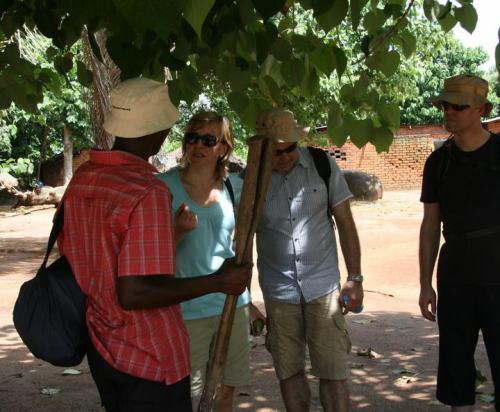 Joseph Chengula zeigt seinen Gästen die tansanische Kultur